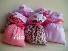 Sachês perfumados com fragrância de orquidea e framboesa. Estampados predominando a cor rosa.