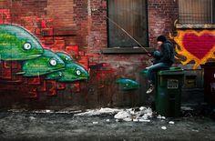 Pessoas interagindo com grafites