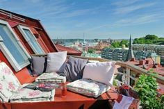 This Sweden 61 square meter apartment is awesome example how you could use the terrace space. It features a 10 square meter roof terrace which not only Rooftop Terrace Design, Small Terrace, Rooftop Lounge, Rooftop Patio, Outdoor Balcony, Outdoor Spaces, Outdoor Living, Outdoor Decor, Terrazas Chill Out