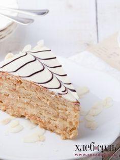 Бока торта обсыпать миндальными лепестками и поставить в холодильник на несколько часов.
