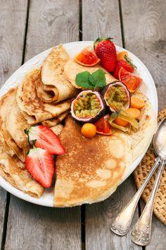 Finns det något godare än nygräddade pannkakor? Det här receptet på glutenfria pannkakor är superenkelt, gott och passar alla. Servera gärna med grädde, sylt och färska bär. Tips! Låt gärna smeten stå i kylen en timme innan du steker plättarna så hinner mjölet svälla lite. #pannkakor #glutenfria #glutenfritt #barnvänligt #brunch #lunch #mellanmål Great Recipes, Champagne, Brunch, Gluten Free, Food And Drink, Drinks, Breakfast, Ethnic Recipes, Sweet