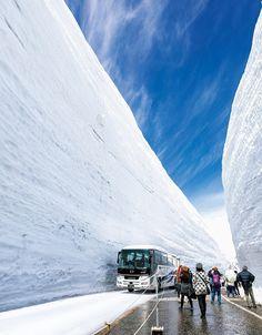 道路の両側に雪壁がそびえる500m区間「雪の大谷」を歩いて体感できるイベント「立山・雪の大谷ウォーク」。高い所で20mに迫る雪壁を間近に見て、触れられる、春から初夏限定のイベントです。元々は富山・長野間の立山黒部アルペンルート全線開通に向け Japanese Landscape, Japan Travel, Landscape Design, Mount Everest, Places To Go, Tours, Mountains, World, Snow