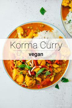 Cremiges, unglaublich aromatisches Blumenkohl-Erbsen Curry, das Du in unter 30 Minuten fertig hast. Die cremige Sauce aus Cashews, Tomaten und Kokosnussmilch bekommt ihre Würze durch leckere indische Gewürze und eine feine Currypaste. Ein Gericht für jeden Tag und je nach Schärfe für die ganze Familie.