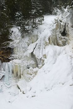 Miners Falls in Winter – Pictured Rocks National Lakeshore | Photo by James Marvin Phelps on Flickr | Permission: CC BY-NC 2.0 http://creativecommons.org/licenses/by-nc/2.0/deed.de