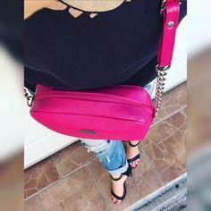 Nádherne výrazná cyklamenová crossbody kabela s nadstaviteľným ramienkom  IHNEĎ K ODBERU 2490 posledné kusy#newcollection#bags#dnesnosim#fashion#moda#tvojstyl