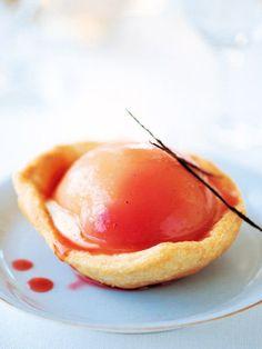 練りパイ生地に、コンポートした桃とカスタードクリームをのせて|『ELLE a table』はおしゃれで簡単なレシピが満載!