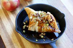 Découvrez une recette facile de chausson aux pomme... Muffins, Tacos, Pork, Sweets, Meat, Chicken, Fruit, Ethnic Recipes, Caramel