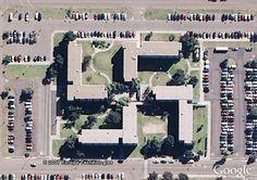 La imagen de un edificio con forma de esvástica de la base naval de San Diego, California, EE.UU., provocó una gran polémica que en 2009 llevó a la Armada Estadounidense a plantearse remodelar el complejo.      Texto completo en: http://actualidad.rt.com/actualidad/view/96193-imagenes-misteriosas-capturan-google-maps