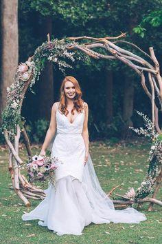 cérémonie d'engagement en plein air, arche mariage à partir de branches d'arbres, déco rustique