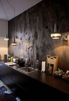Luminárias pendentes garantem a iluminação dessa cozinha preta