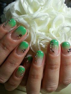 もうすぐ春新緑のシーズンにぴったりのグリーンカラーネイルで爽やかさをプラス