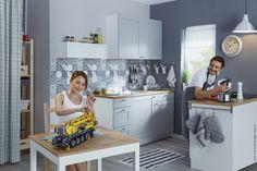 Igračke nisu samo za djecu, kao što ni kuhanje nije samo za žene. Uloga KNOXHULT kuhinje je da bude idealno mjesto za kuhanje, uživanje u hrani i zamjenu uloga. :) www.IKEA.hr/KNOXHULT_kuhinja_siva