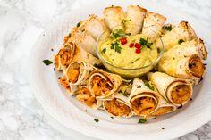 Deze Quesadilla Ring is echt ideaal om klaar te maken en op te eten tijdens een feestje. Iedereen zal genieten van deze mini quesadilla bites. Je kunt deze quesadilla ring prima van te voren maken en af bakken. Op deze manier kan jij ook zelf van het feestje genieten en hoef je hem alleen nog... Falafel Wrap, Falafel Vegan, A Food, Good Food, Food And Drink, Yummy Food, Party Finger Foods, Party Snacks, 21 Party