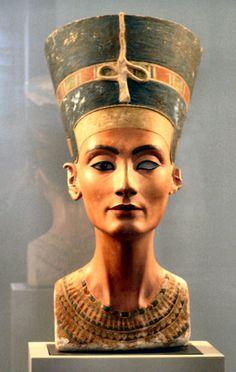 Busto de Nefertiti: -Escultura egipcia. -Representa el rostro de la mujer del faraón Akenatón. -Realizada por Tutmés. -Realizada en el Imperio Nuevo (1350 a.c.)  -Perteneciente a la dinastía  XVIII  -Tamaño: 47 cm. -Realizada en piedra caliza y en un solo bloque. He escogido esta escultura, por su belleza y por que gracias al cambio de ciudad que hizo el faraón y al monoteísmo que impuso, los artistas se liberaron también y fusionaron la majestuosidad de sus obras con un mayor realismo.
