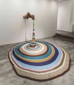 This stunning piece by Peruvian textile artist @anateresa.barbozagubo is our #soakworthy find of the day! 📸 via @popcultureinpictures_ If you've got some textile art of your own (made by you or collected) that needs some care, Soak laundry soap is there to help. Just be sure to consult the artist (if you can) to see if your piece can be washed or spot-cleaned. Or test in an inconspicuous spot first. Generally, if something can get wet, you can clean it with Soak. Crochet Art, Freeform Crochet, Crochet Home, Crochet Ideas, Mundo Craft, Psy Art, Yarn Bombing, Modern Art, Contemporary