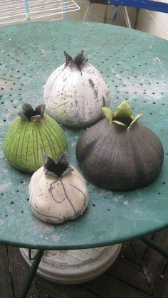 pottery vases seeded onions - All For Garden Ceramic Studio, Ceramic Clay, Ceramic Painting, Ceramic Vase, Raku Pottery, Pottery Sculpture, Slab Pottery, Sculpture Clay, Vase Deco