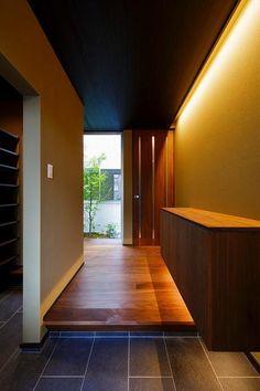 和モダンな玄関(VERTICAL HOUSE (縦格子の家)) - 玄関事例|SUVACO(スバコ) Japanese Modern, Japanese House, Japanese Interior, House Entrance, Entrance Doors, Future House, My House, Indirect Lighting, House Goals