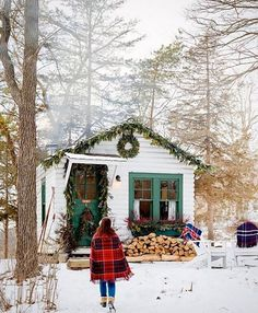 (Insert us here) Love this wintery holiday scene from @campwandawega (styled by @fleurinc for @betterhomesandgardens) Photo by @davidtsay