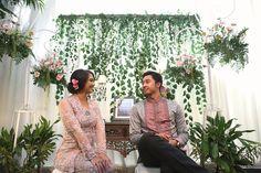 Acara Lamaran DIY dengan Tema Warna Pink - 1 (3) Engagement Photography, Photography Ideas, Kebaya Brokat, Flower Backdrop, Engagement Ideas, Wedding Planning Tips, Backdrops, Wedding Photos, Wedding Decorations