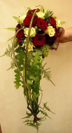 Lampen aus Draht, Schmuck aus Draht und ausgefallene moderne Floristik Cascading Wedding Bouquets, Wedding Flowers, Glass Vase, Floral Wreath, Wreaths, Shower, Bridal, Decor, Wire Ornaments