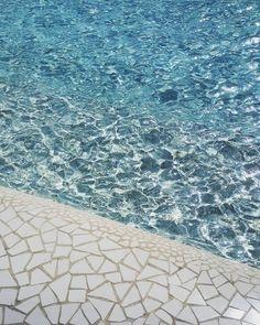 Looking at this pond and feeling the magic of architecture..Mirando este estanque y sintiendo la mágia de la arquitectura #ciudaddelasartesylasciencias #valencia #fuente #fountain #agua #azul #pond #water #pool #travel #viaje #art #calm #zen #calatrava #mosaic #architecture #arquitectura #inspitation #instamood #moodies #simeleta by simeleta