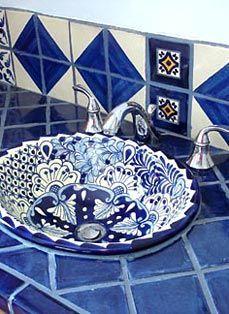 Talavera tile and Talavera sink ~ Mexican style Talavera Fliesen und Talavera Waschbecken im mexikanischen Stil Talavera Pottery, Deco Boheme, Mexican Style, Bath Design, Spanish Style, Handmade Home Decor, Interior And Exterior, Blue And White, Decoration