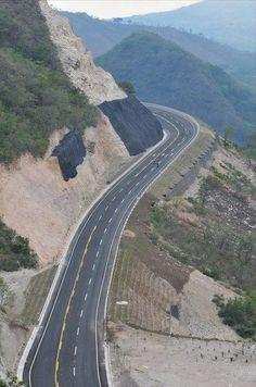 Autopista hacia El Poy, en el departamento de Chalatenango, Norte de #ElSalvador.