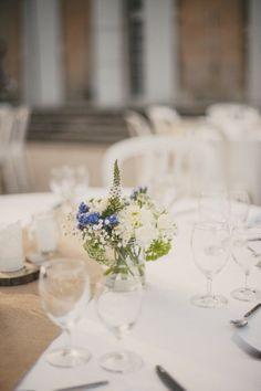 ©Lovely Pics - Chloe Lapeyssonie - Mariage en bleu au Chateau Cesargues -La mariee aux pieds nus
