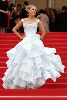 PHOTOS. Blake Lively habillée comme Cendrillon pour monter les marches du Festival de Cannes