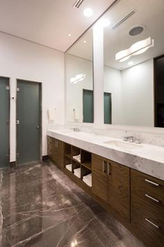 Baño de mármol y madera: Baños de estilo  por URBN