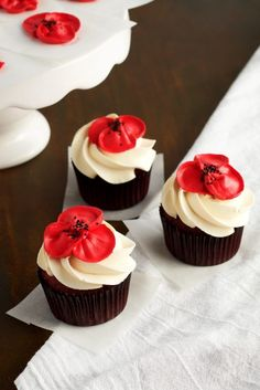 How to Make Beautiful Buttercream Poppy Flowers with Video | The Bearfoot Baker