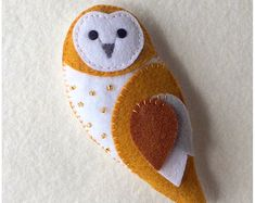 felt birds * Make your own adorable barn owl feltie. This lovely little owl is made entirely from felt with just a few embellishments and embroidered features. At 5 inches tall he will ma Handmade Gifts For Friends, Handmade Felt, Diy Gifts, Felt Owls, Felt Birds, Felt Christmas Decorations, Felt Christmas Ornaments, Tree Decorations, Owl Patterns