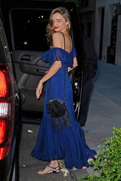 Miranda Kerr in a Gucci dress + Chanel vintage Bag and flats.....deserves a 2nd pic.... Bitch