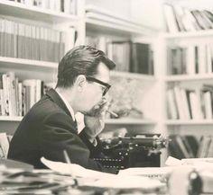Image from http://www.charlesjshields.net/wp-content/uploads/Williams-at-typewriter.jpg.