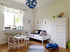 Dormitorio niño: papel estrellas, muebles blancos, lamparas y cojines en azul