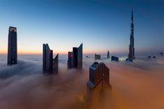 Dubai, conocida como el reino de los cielos por la altura de sus rascacielos y la forma en como sus cúspides son cubiertas por las nubes.