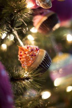 Se antoja este lindo cupcake, pero es un dulce adorno navideño.