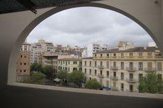 Gamla stan, Palma de Mallorca: Taklägenhet med terrass i Palma. Lägenheten är omkring 110 kvm stor och är i renoveringsbehov. Idag består lägenheten av ett kök, 6 rum, ett tvättrum samt ett badrum med ett äldre badkar. Det finns en terrass på vardera sida om huset, totalt cirka 16 kvm, vilket ger en både morgon- och kvällssol. Möjlighet att köpa lägenheten under denna och bygga en duplex finns.