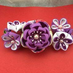 紫を主体にした華やかな簪です。真ん中の大きい花は2way クリップ8㎝程Uピン、3つの花で1本になり6㎝程2本になります。