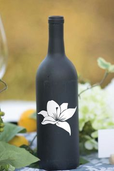 Beer Bottle Crafts, Wine Bottle Art, Diy Bottle, Glass Painting Designs, Pottery Painting Designs, Wine Bottle Centerpieces, Vases, Painted Glass Bottles, Decorated Bottles