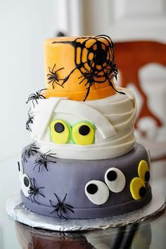 Halloween Cake-DoodlePie Cakes. Shared by Where YoUth Rise