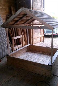 Build a Covered Pallet Sandbox - DIY - Easy Pallet Ideas palisaden Build a Covered Pallet Sandbox - DIY - Easy Pallet Ideas Sandbox With Lid, Kids Sandbox, Sandbox Diy, Sandbox Ideas, Pallet Sandbox, Wooden Sandbox, Pallet Playhouse, Playhouse Plans, Ideas