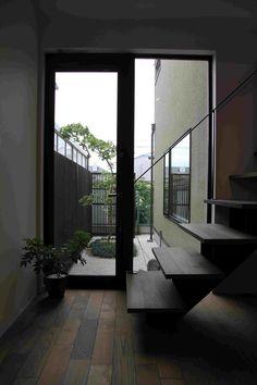 室内の明るさを確保するために中庭をもうけて、カエデを一本だけシンプルに植えました。 Windows, Ramen, Window