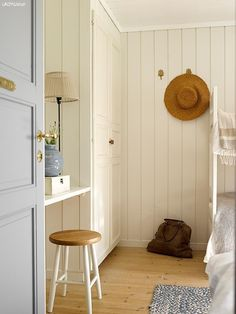 Cabin by the sea colors Walls LADY Supreme Finish matt 486 Silke, Cabinet doors LADY Supreme Finish halvblank 486 Silke, Door LADY Supreme Finish matt 5081 Fabrikk Beautiful Bedrooms, Florida Home, Interior, Interior Inspiration, Cozy House, Summer House, Cabin Interiors, Craftsman Interior, Home Decor