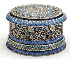 A RUSSIAN SILVER AND CLOISONNE ENAMEL BOX Saint Petersbourg, late 19th century, Khlebnikov 8.5 cm diameter