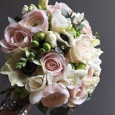 Chic sophistication from @djursholmsblommor #meijerroses #sweetavalanche #luxuryroses #weddingideas #bridetobe #weddinginspiration