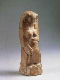 """DEUSA ASERÁ-Aserá é uma Deusa cananéia muito antiga, uma inscrição suméria datando de 1750 a.C. se refere a ela como a esposa de Anu, que pode ser identificado como El, o deus pai do panteão cananeu, cujo papel é muito similar ao deus sumério An. Aserá era chamada """"A Senhora do Mar"""", o que a relaciona com a Nammu suméria e com a Ísis egípcia, """"nascida da umidade"""". É possível que Aserá se convertesse na esposa de Yahvé aos olhos dos hebreus quando o deus assimilou a iconografia de deus pai…"""