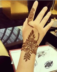 Mehndi henna designs are always searchable by Pakistani women and girls. Women, girls and also kids apply henna on their hands, feet and also on neck to look more gorgeous and traditional. Henna Hand Designs, Eid Mehndi Designs, Henna Tattoo Designs, Mehndi Tattoo, Henna Tatoos, Mehndi Designs Finger, Modern Mehndi Designs, Mehndi Designs For Girls, Mehndi Designs For Beginners
