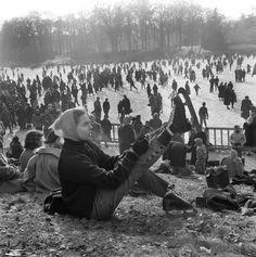 Un jour en France.  En cet hiver #1956 toute l'Europe à froid avec des températures de -32 . Ici les Parisiens étrennent une nouvelle patinoire : le lac du bois de Boulogne dont la glace atteint 18 cm d'épaisseur.  Photo : Jack Garofalo/ #ParisMatch. Plus de @photos d'#archives sur @parismatch_vintage by parismatch_magazine