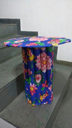 Mesa de canto feita com tubos de papel alumínio e papelão.